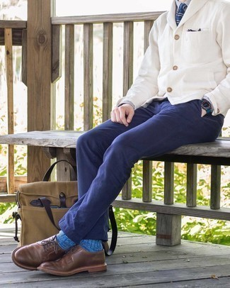 Blaue Socken kombinieren – 82 Herren Outfits: Entscheiden Sie sich für Komfort in einer weißen Strickjacke mit einem Schalkragen und blauen Socken. Vervollständigen Sie Ihr Outfit mit braunen Leder Derby Schuhen, um Ihr Modebewusstsein zu zeigen.