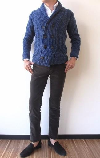 Wie kombinieren: dunkelblaue Strickjacke mit einem Schalkragen, weißes Businesshemd, dunkelbraune Kordjeans, schwarze Wildleder Slipper