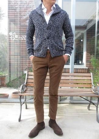 Wie kombinieren: dunkelgraue Strickjacke mit einem Schalkragen, weißes Businesshemd, braune Kordjeans, dunkelbraune Chelsea-Stiefel aus Wildleder