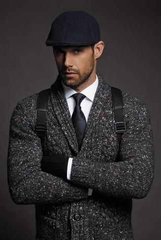 Wie kombinieren: dunkelgraue Strickjacke mit einem Schalkragen, weißes Businesshemd, schwarzer Leder Rucksack, schwarze Schiebermütze