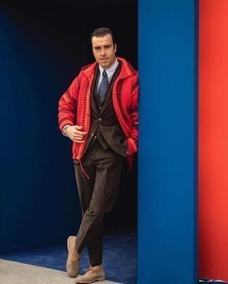 Dunkelblaue und weiße bedruckte Krawatte kombinieren – 267 Herren Outfits: Kombinieren Sie eine rote Strickjacke mit einem Schalkragen mit einer dunkelblauen und weißen bedruckten Krawatte für einen stilvollen, eleganten Look. Fühlen Sie sich mutig? Vervollständigen Sie Ihr Outfit mit beige Chukka-Stiefeln aus Wildleder.