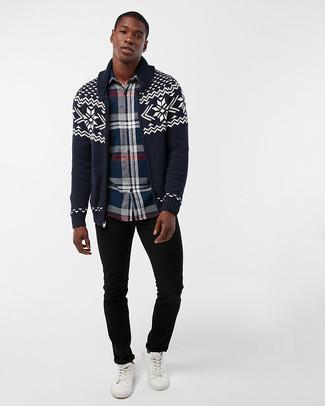 Wie kombinieren: dunkelblaue Strickjacke mit einem Schalkragen mit Fair Isle-Muster, dunkelblaues Langarmhemd mit Schottenmuster, schwarze Jeans, weiße Leder niedrige Sneakers
