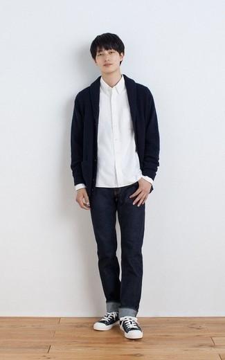 Dunkelblaue Strickjacke mit einem Schalkragen kombinieren – 165 Herren Outfits: Entscheiden Sie sich für eine dunkelblaue Strickjacke mit einem Schalkragen und dunkelblauen Jeans für ein großartiges Wochenend-Outfit. Bringen Sie die Dinge durcheinander, indem Sie dunkelblauen und weißen Segeltuch niedrige Sneakers mit diesem Outfit tragen.