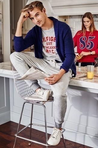 Dunkelblaue Strickjacke mit einem Schalkragen kombinieren – 165 Herren Outfits: Tragen Sie eine dunkelblaue Strickjacke mit einem Schalkragen und eine graue Jogginghose, um mühelos alles zu meistern, was auch immer der Tag bringen mag. Weiße Segeltuch niedrige Sneakers sind eine großartige Wahl, um dieses Outfit zu vervollständigen.