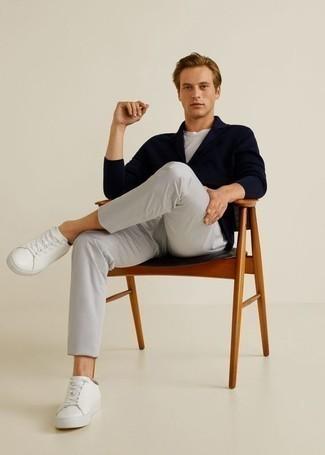 Dunkelblaue Strickjacke mit einem Schalkragen kombinieren – 165 Herren Outfits: Die Paarung aus einer dunkelblauen Strickjacke mit einem Schalkragen und einer grauen Chinohose ist eine perfekte Wahl für einen Tag im Büro. Fühlen Sie sich mutig? Ergänzen Sie Ihr Outfit mit weißen Leder niedrigen Sneakers.