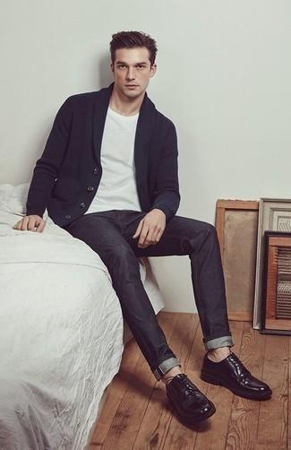 Dunkelblaue Strickjacke mit einem Schalkragen kombinieren – 165 Herren Outfits: Kombinieren Sie eine dunkelblaue Strickjacke mit einem Schalkragen mit dunkelgrauen Jeans für ein Alltagsoutfit, das Charakter und Persönlichkeit ausstrahlt. Ergänzen Sie Ihr Outfit mit schwarzen Leder Derby Schuhen, um Ihr Modebewusstsein zu zeigen.