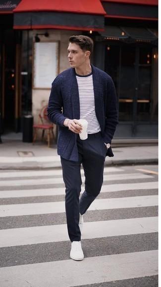 Dunkelblaue Strickjacke mit einem Schalkragen kombinieren – 165 Herren Outfits: Entscheiden Sie sich für eine dunkelblaue Strickjacke mit einem Schalkragen und eine dunkelblaue Chinohose, um einen eleganten, aber nicht zu festlichen Look zu kreieren. Wenn Sie nicht durch und durch formal auftreten möchten, ergänzen Sie Ihr Outfit mit weißen niedrigen Sneakers.