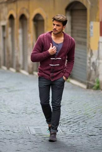 Wie kombinieren: dunkelrote Strickjacke mit einem Schalkragen, graues T-shirt mit einer Knopfleiste, dunkelgraue Jeans, dunkelgraue Chukka-Stiefel aus Wildleder