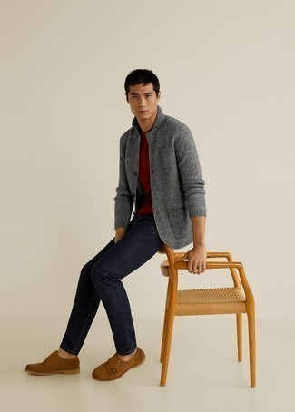 Braune Doppelmonks aus Wildleder kombinieren – 193 Herren Outfits: Kombinieren Sie eine graue Strickjacke mit einem Schalkragen mit dunkelblauen Jeans für ein sonntägliches Mittagessen mit Freunden. Braune Doppelmonks aus Wildleder sind eine einfache Möglichkeit, Ihren Look aufzuwerten.