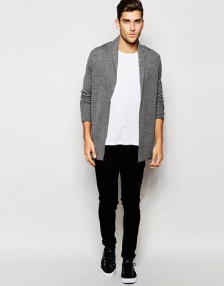 Wie kombinieren: graue Strickjacke mit einem Schalkragen, weißes T-Shirt mit einem Rundhalsausschnitt, schwarze enge Jeans, schwarze hohe Sneakers aus Leder