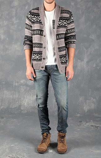 Wie kombinieren: graue Strickjacke mit einem Schalkragen mit Fair Isle-Muster, weißes T-Shirt mit einem Rundhalsausschnitt, blaue Jeans, braune Wildlederfreizeitstiefel