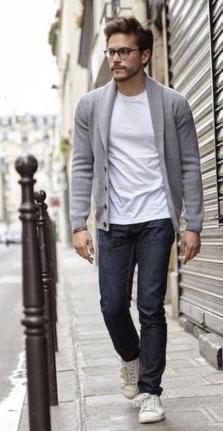 graue Strickjacke mit einem Schalkragen, weißes T-Shirt mit einem Rundhalsausschnitt, dunkelblaue Jeans, weiße Leder niedrige Sneakers für Herren