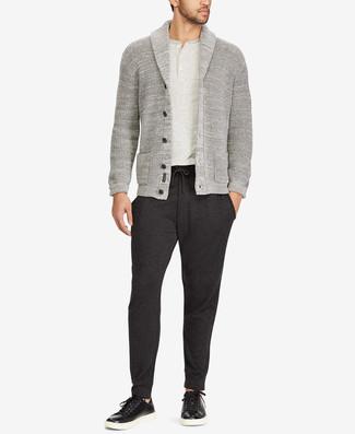 Graues T-shirt mit einer Knopfleiste kombinieren: Ein graues T-shirt mit einer Knopfleiste und eine dunkelgraue Jogginghose sind eine großartige Outfit-Formel für Ihre Sammlung. Fühlen Sie sich ideenreich? Komplettieren Sie Ihr Outfit mit schwarzen Leder niedrigen Sneakers.