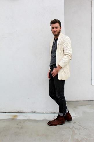Wie kombinieren: hellbeige Strickjacke mit einem Schalkragen, dunkelgrauer Henley-Pullover, schwarze Jeans, braune Wildlederfreizeitstiefel
