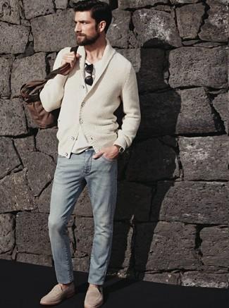 Hellbeige Wildleder Slipper kombinieren: Smart-Casual-Outfits: trends 2020: Paaren Sie eine hellbeige Strickjacke mit einem Schalkragen mit grauen Jeans für ein bequemes Outfit, das außerdem gut zusammen passt. Setzen Sie bei den Schuhen auf die klassische Variante mit hellbeige Wildleder Slippern.