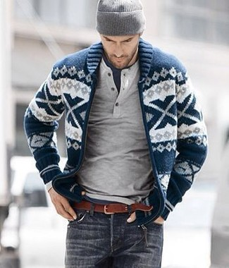 Wie kombinieren: dunkelblaue und weiße Strickjacke mit einem Schalkragen mit Fair Isle-Muster, grauer Henley-Pullover, dunkelblaues T-Shirt mit einem Rundhalsausschnitt, dunkelgraue Jeans