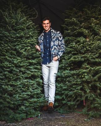 Wie kombinieren: dunkelblaue bedruckte Strickjacke mit einem Schalkragen, dunkelblaues Jeanshemd, graue Chinohose, rotbraune Chelsea-Stiefel aus Wildleder