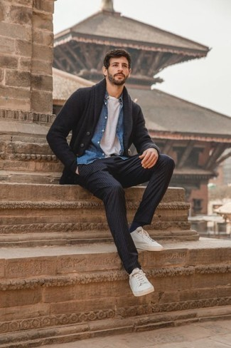 Dunkelgraue Strickjacke mit einem Schalkragen kombinieren – 120 Herren Outfits: Kombinieren Sie eine dunkelgraue Strickjacke mit einem Schalkragen mit einer dunkelblauen vertikal gestreiften Chinohose für ein großartiges Wochenend-Outfit. Wenn Sie nicht durch und durch formal auftreten möchten, wählen Sie weiße Segeltuch niedrige Sneakers.