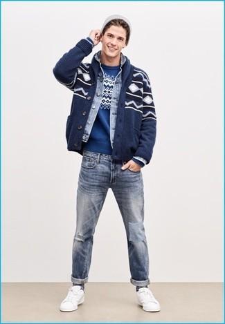 Wie kombinieren: dunkelblaue Strickjacke mit einem Schalkragen mit Fair Isle-Muster, hellblaue Jeansjacke, blauer Pullover mit einem Rundhalsausschnitt mit Fair Isle-Muster, hellblaue Jeans mit Destroyed-Effekten