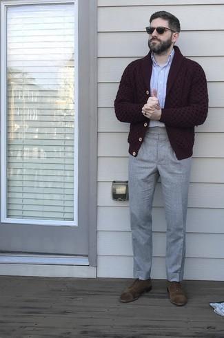 Strickjacke mit einem Schalkragen kombinieren – 500+ Herren Outfits: Kombinieren Sie eine Strickjacke mit einem Schalkragen mit einer grauen Anzughose für einen stilvollen, eleganten Look. Braune Wildleder Oxford Schuhe sind eine ideale Wahl, um dieses Outfit zu vervollständigen.