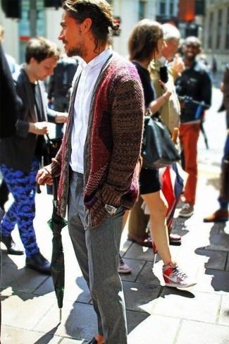 Wie kombinieren: dunkelrote Strickjacke mit einem Schalkragen, weißes Langarmhemd, graue Wollanzughose, schwarze Leder Slipper