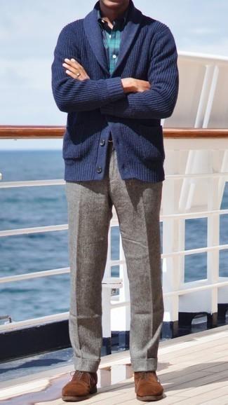 Dunkelblaue Strickjacke mit einem Schalkragen kombinieren – 165 Herren Outfits: Kombinieren Sie eine dunkelblaue Strickjacke mit einem Schalkragen mit einer grauen Wollanzughose, um vor Klasse und Perfektion zu strotzen. Dieses Outfit passt hervorragend zusammen mit braunen Wildleder Oxford Schuhen.