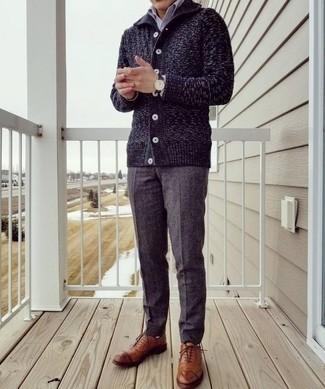 Dunkelblaue Strickjacke mit einem Schalkragen kombinieren – 9 Elegante Herren Outfits: Entscheiden Sie sich für eine dunkelblaue Strickjacke mit einem Schalkragen und eine dunkelgraue Anzughose für eine klassischen und verfeinerte Silhouette. Rotbraune Leder Oxford Schuhe fügen sich nahtlos in einer Vielzahl von Outfits ein.