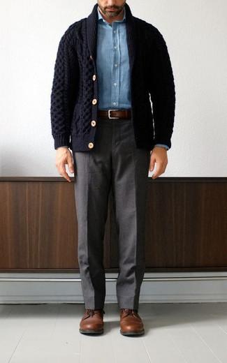 Dunkelblaue Strickjacke mit einem Schalkragen kombinieren – 68 Frühling Herren Outfits: Vereinigen Sie eine dunkelblaue Strickjacke mit einem Schalkragen mit einer dunkelgrauen Anzughose für einen stilvollen, eleganten Look. Ergänzen Sie Ihr Look mit braunen Leder Derby Schuhen. Das Outfit wird zu Frühling pur.