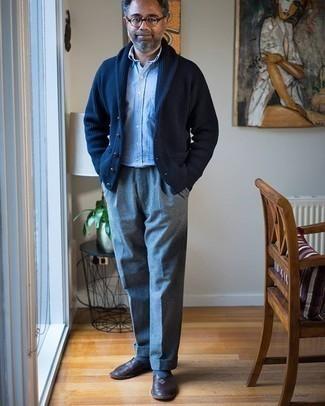 Dunkelblaue Strickjacke mit einem Schalkragen kombinieren – 68 Frühling Herren Outfits: Entscheiden Sie sich für eine dunkelblaue Strickjacke mit einem Schalkragen und eine graue Wollanzughose für einen stilvollen, eleganten Look. Komplettieren Sie Ihr Outfit mit dunkelbraunen Leder Slippern. Schon ergibt sich ein toller Übergangs-Look.