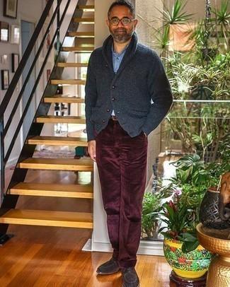 Dunkelgraue Strickjacke mit einem Schalkragen kombinieren – 120 Herren Outfits: Tragen Sie eine dunkelgraue Strickjacke mit einem Schalkragen und eine dunkelrote Anzughose aus Cord für eine klassischen und verfeinerte Silhouette. Dunkelbraune Wildleder Derby Schuhe sind eine großartige Wahl, um dieses Outfit zu vervollständigen.
