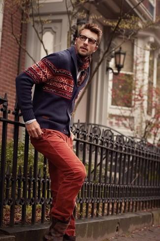 Wie kombinieren: dunkelblaue Strickjacke mit einem Schalkragen mit Fair Isle-Muster, hellbeige Langarmhemd, rote Chinohose, dunkelbraune Chelsea-Stiefel aus Leder