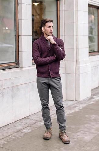 Wie kombinieren: lila Strickjacke mit einem Schalkragen, dunkelrotes Langarmhemd mit Vichy-Muster, graue Chinohose, braune Lederfreizeitstiefel