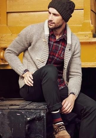 Wie kombinieren: graue Strickjacke mit einem Schalkragen, rotes Langarmhemd mit Schottenmuster, schwarze Chinohose, beige Chukka-Stiefel aus Wildleder