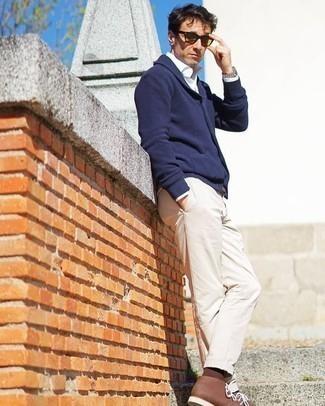 Weißes Langarmhemd kombinieren: trends 2020: Kombinieren Sie ein weißes Langarmhemd mit einer hellbeige Chinohose, um einen lockeren, aber dennoch stylischen Look zu erhalten. Ergänzen Sie Ihr Look mit braunen Chukka-Stiefeln aus Leder.