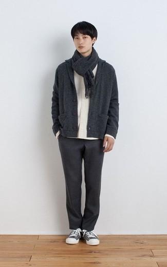 Teenager: Grauen Schal kombinieren – 4 Herren Outfits: Für ein bequemes Couch-Outfit, kombinieren Sie eine dunkelgraue Strickjacke mit einem Schalkragen mit einem grauen Schal. Setzen Sie bei den Schuhen auf die klassische Variante mit grauen Segeltuch niedrigen Sneakers.