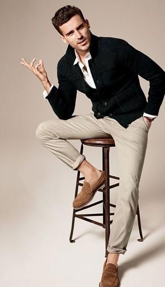 Dunkelblaue Strickjacke mit einem Schalkragen kombinieren – 68 Frühling Herren Outfits: Kombinieren Sie eine dunkelblaue Strickjacke mit einem Schalkragen mit einer hellbeige Chinohose, um einen eleganten, aber nicht zu festlichen Look zu kreieren. Fühlen Sie sich mutig? Wählen Sie beige Wildleder Slipper. Ein stylischer Look für die Übergangszeit.