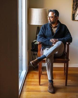 Dunkelblaue Strickjacke mit einem Schalkragen kombinieren – 148 Herren Outfits warm Wetter: Entscheiden Sie sich für eine dunkelblaue Strickjacke mit einem Schalkragen und eine graue Chinohose für Ihren Bürojob. Braune Chukka-Stiefel aus Wildleder sind eine großartige Wahl, um dieses Outfit zu vervollständigen.