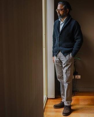Dunkelblaue Strickjacke mit einem Schalkragen kombinieren – 148 Herren Outfits warm Wetter: Kombinieren Sie eine dunkelblaue Strickjacke mit einem Schalkragen mit einer braunen Chinohose, um einen eleganten, aber nicht zu festlichen Look zu kreieren. Komplettieren Sie Ihr Outfit mit dunkelbraunen Chukka-Stiefeln aus Wildleder.
