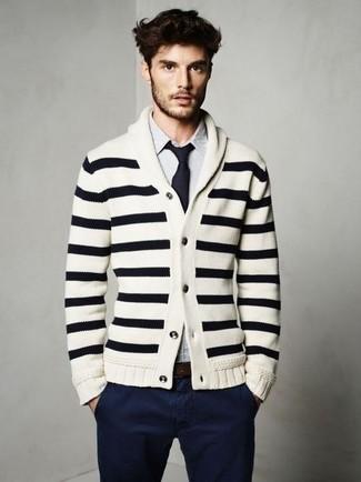 Wie kombinieren: weiße und schwarze horizontal gestreifte Strickjacke mit einem Schalkragen, weißes und blaues vertikal gestreiftes Langarmhemd, dunkelblaue Chinohose, dunkelblaue Krawatte