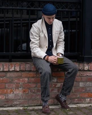 Dunkelblaue Mütze kombinieren – 500+ Herren Outfits: Für ein bequemes Couch-Outfit, kombinieren Sie eine weiße Strickjacke mit einem Schalkragen mit einer dunkelblauen Mütze. Fühlen Sie sich ideenreich? Vervollständigen Sie Ihr Outfit mit dunkelroten Leder Bootsschuhen.