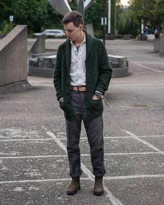 Beige Ledergürtel kombinieren – 224 Herren Outfits: Für ein bequemes Couch-Outfit, vereinigen Sie eine dunkelgrüne Strickjacke mit einem Schalkragen mit einem beige Ledergürtel. Heben Sie dieses Ensemble mit dunkelbraunen Chelsea Boots aus Wildleder hervor.