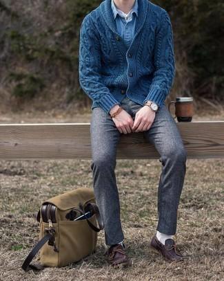 Braunes Armband kombinieren – 500+ Herren Outfits: Kombinieren Sie eine dunkelblaue Strickjacke mit einem Schalkragen mit einem braunen Armband für einen entspannten Wochenend-Look. Vervollständigen Sie Ihr Outfit mit dunkelbraunen Leder Bootsschuhen, um Ihr Modebewusstsein zu zeigen.
