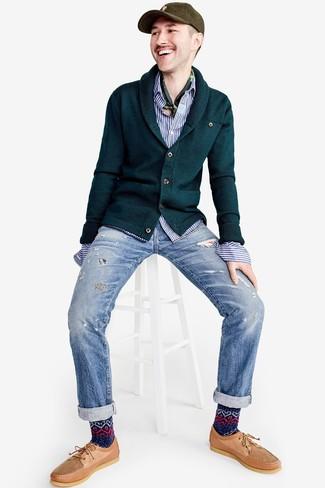 Wie kombinieren: dunkelgrüne Strickjacke mit einem Schalkragen, weißes und blaues vertikal gestreiftes Langarmhemd, hellblaue Jeans mit Destroyed-Effekten, beige Leder Bootsschuhe