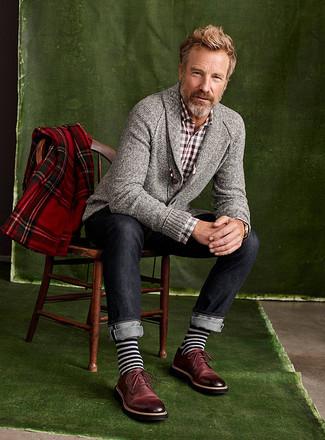 Wie kombinieren: graue Strickjacke mit einem Schalkragen, braunes Langarmhemd mit Vichy-Muster, dunkelblaue Jeans, dunkelrote Leder Derby Schuhe