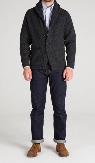 Wie kombinieren: dunkelgraue Strickjacke mit einem Schalkragen, hellblaues vertikal gestreiftes Langarmhemd, dunkelblaue Jeans, beige Wildleder Derby Schuhe