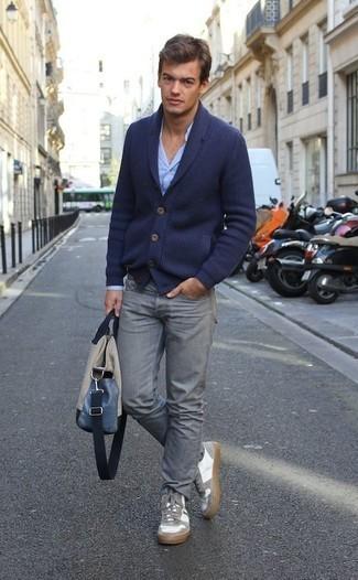 Dunkelblaue Strickjacke mit einem Schalkragen kombinieren – 165 Herren Outfits: Paaren Sie eine dunkelblaue Strickjacke mit einem Schalkragen mit grauen Jeans für ein großartiges Wochenend-Outfit. Fühlen Sie sich ideenreich? Entscheiden Sie sich für weiße Segeltuch niedrige Sneakers.