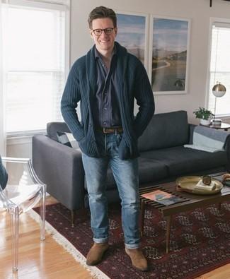 Dunkelblaue Strickjacke mit einem Schalkragen kombinieren – 165 Herren Outfits: Entscheiden Sie sich für eine dunkelblaue Strickjacke mit einem Schalkragen und hellblauen Jeans für ein großartiges Wochenend-Outfit. Fühlen Sie sich ideenreich? Komplettieren Sie Ihr Outfit mit beige Chelsea Boots aus Wildleder.