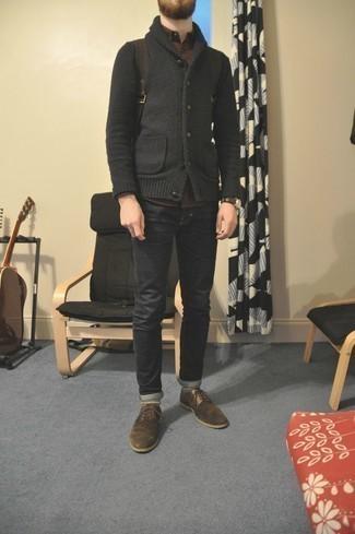 Dunkelgraue Strickjacke mit einem Schalkragen kombinieren – 120 Herren Outfits: Kombinieren Sie eine dunkelgraue Strickjacke mit einem Schalkragen mit dunkelgrauen Jeans, um einen lockeren, aber dennoch stylischen Look zu erhalten. Fühlen Sie sich mutig? Vervollständigen Sie Ihr Outfit mit braunen Wildleder Derby Schuhen.
