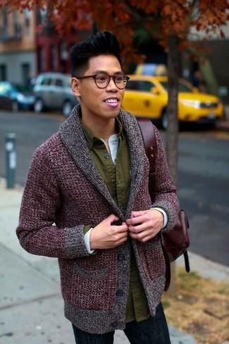 Dunkelroten Leder Rucksack kombinieren – 11 Herren Outfits warm Wetter: Für ein bequemes Couch-Outfit, paaren Sie eine dunkelrote Strickjacke mit einem Schalkragen mit einem dunkelroten Leder Rucksack.
