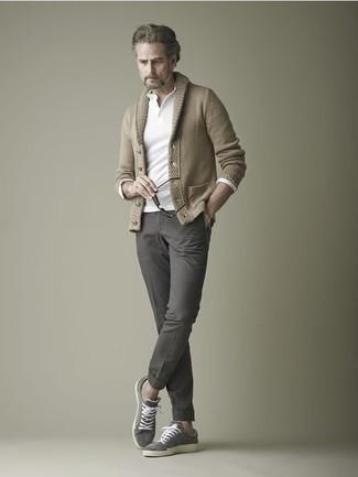 Graue Wildleder niedrige Sneakers kombinieren: trends 2020: Kombinieren Sie eine beige Strickjacke mit einem Schalkragen mit einer dunkelgrauen Chinohose, um einen eleganten, aber nicht zu festlichen Look zu kreieren. Fühlen Sie sich ideenreich? Ergänzen Sie Ihr Outfit mit grauen Wildleder niedrigen Sneakers.